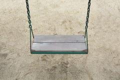 Oscillation dans le terrain de jeu de jardin au parc extérieur Photo stock