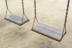 Oscillation dans le terrain de jeu de jardin au parc extérieur Photo libre de droits