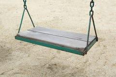 Oscillation dans le terrain de jeu de jardin au parc extérieur Image libre de droits
