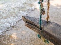Oscillation de corde par la mer image stock
