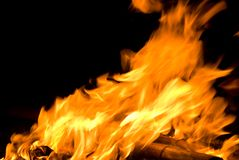 Oscillation de flamme d'incendie avec le vent Image stock