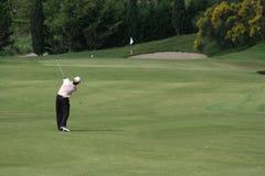 Oscillation de golf d'homme Image libre de droits