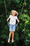 Oscillation de petite fille Photo stock