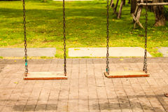 Oscillation deux en bois sur le terrain de jeu moderne d'enfants photo libre de droits