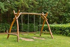 Oscillation du ` s d'enfants faite de bois naturel images libres de droits
