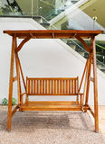 Oscillation en bois avec le double siège à l'extérieur image stock