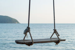 Oscillation en bois et la mer bleue Photographie stock libre de droits