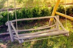 Oscillation en bois fabriquée à la main dans le jardin Photos stock