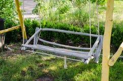 Oscillation en bois fabriquée à la main dans le jardin Photographie stock libre de droits