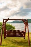 Oscillation en bois paisible, bord de lac une veille de débuts de l'été images libres de droits