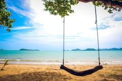 Oscillation en bois sur la plage, Chon Buri, Thaïlande Photos stock