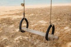 Oscillation en bois sur la plage, Thaïlande Image libre de droits