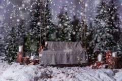 Oscillation en bois vide avec une couverture au-dessus des lampes-torches dans un sno Photo stock