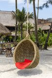 Oscillation en osier avec un oreiller accrochant sur un cocotier à côté de la mer sur la plage de sable Île Koh Kood, Thaïlande Photographie stock