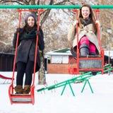 Oscillation heureuse de deux amis Photographie stock