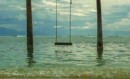 Oscillation installée dans l'eau à la plage tropicale d'île avec une belle vue étonnante à la mer et les montagnes en quelques va photo libre de droits