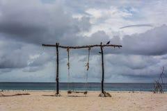 Oscillation isolée sur la côte de plage photographie stock