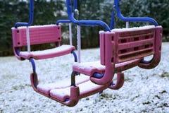 Oscillation sale couverte dans la neige Images stock