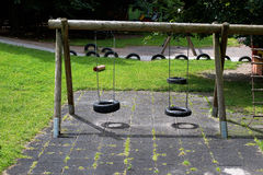 Oscillation simple à un jardin d'enfants Image stock