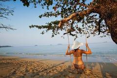 Oscillation sur la plage de paradis photographie stock