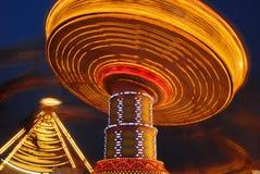 Oscillation volante la nuit image stock