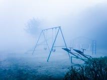 Oscillations en parc pendant l'hiver photos libres de droits