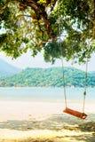 Oscillations sur la plage en Thaïlande Photos libres de droits