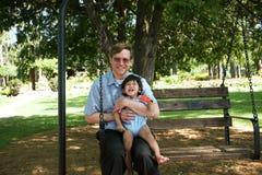 Oscillazione del bambino e del padre Fotografia Stock Libera da Diritti