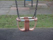 Oscillazione del campo da gioco per bambini nel parco immagini stock