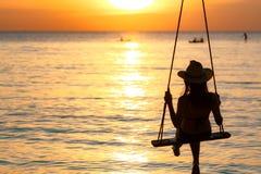 Oscillazione del cappello del bikini e di paglia di usura di donna della siluetta le oscillazioni alla spiaggia sulle vacanze est immagini stock