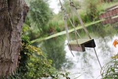 Oscillazione della corda dal fiume Fotografie Stock