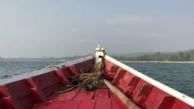 Oscillazione della prua della barca sulle onde video d archivio