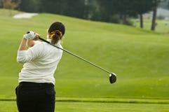oscillazione della signora del giocatore di golf del driver Fotografia Stock Libera da Diritti