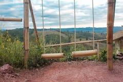 Oscillazione di bambù doppia sulla montagna Immagini Stock