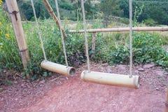 Oscillazione di bambù doppia sulla montagna Immagine Stock