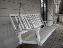 Oscillazione di legno bianca del portico fotografie stock