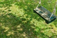 Oscillazione di verde di Weatherd sopra erba Fotografia Stock