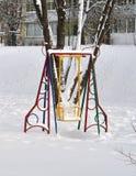 Oscillazione per i bambini nell'inverno Immagini Stock