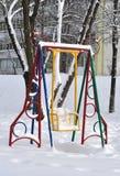 Oscillazione per i bambini nell'inverno Immagine Stock