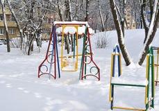 Oscillazione per i bambini in neve Immagine Stock