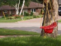 Oscillazione rossa del bambino in vicinanza suburbana Fotografia Stock Libera da Diritti