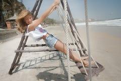 Oscillazione sola della donna sulla spiaggia Fotografie Stock Libere da Diritti