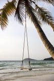 Oscillazione su una spiaggia tropicale Fotografie Stock Libere da Diritti