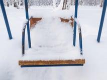 Oscillazioni coperte di neve fotografia stock libera da diritti