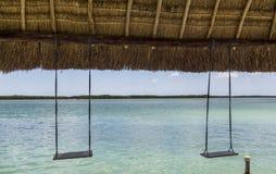 Oscillazioni da rilassarsi nel villaggio di Rio Lagartos Yucatan fotografie stock