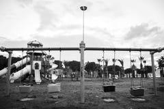 Oscillazioni e parco dei bambini fotografie stock libere da diritti