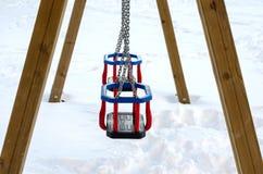 Oscillazioni in parco pubblico durante la stagione invernale immagine stock libera da diritti