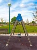 Oscillazioni su un parco nel tempo di autunno fotografia stock