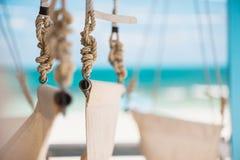 Oscillazioni sulla fine della spiaggia su immagini stock libere da diritti