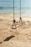 Oscillazioni sulla spiaggia tropicale fotografia stock